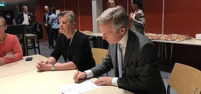 Wethouder van der Burg ondertekend de overeenkomst.